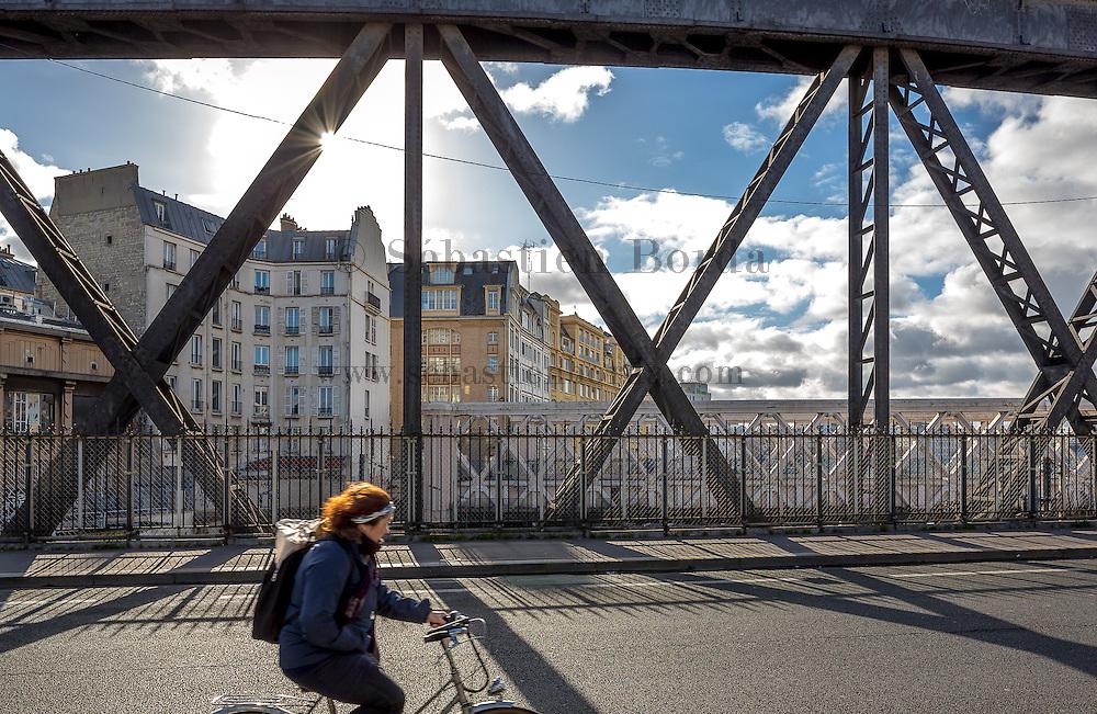 Cycliste sur un pont près de la gare de l'Est// Cyclist on a bridge near gare de l'Est area.
