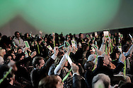 ROMA. DELEGATI DELL'ASSEMBLEA NAZIONALE DEL PARTITO DEMOCRATICO ALZANO IN ARIA I LORO BADGE PER EFFETTUARE IL VOTO