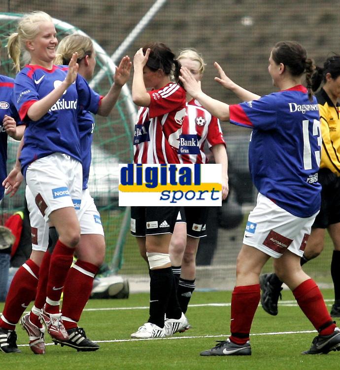 Fotball Kvinner<br /> 2. divisjon<br /> 26.04.08<br /> V&aring;lerenga VIF - Hadeland <br /> Marianne L&oslash;vberg (t.v.) - Kj&aelig;resten til Mohammed - Moa - Abdellaoue - jubler for sin 3-0 scoring og blir gratulert av Tina Diseth<br /> Foto - Kasper Wikestad