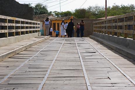 Gente cruzando el Puente Chavez, Carora, Estado Lara, Venezuela