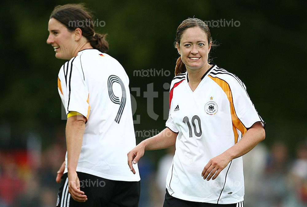 Fussball Frauen WM Qualifikation Deutschland - Schweiz   Renate LINGOR (rechts) und Birgit PRINZ (links, beide GER) freuen sich ueber das Tor zum 2:0. Einzelaktion am Ball.