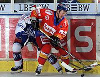 Ishockey. 04.11.2001 Mannheim, Deutschland,<br />DEL Eishockey, Adler Mannheim - Düsseldorfer EG,<br />Düsseldorfs Trond Magnussen vor dem Mannheimer Dennis Seidenberg. <br />Foto: Uwe Stephan, Digitalsport