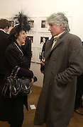 Isabella Blow and ( Lord?) David ogilvy. Warhol's World. Photography and Television. Hauser and Wirth. Piccadilly, London. 26  January 2006.  ONE TIME USE ONLY - DO NOT ARCHIVE  © Copyright Photograph by Dafydd Jones 66 Stockwell Park Rd. London SW9 0DA Tel 020 7733 0108 www.dafjones.com