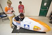 Het Human Power Team Delft en Amsterdam werkt aan de VeloX3 op de derde racedag van de WHPSC. In Battle Mountain (Nevada) wordt ieder jaar de World Human Powered Speed Challenge gehouden. Tijdens deze wedstrijd wordt geprobeerd zo hard mogelijk te fietsen op pure menskracht. Ze halen snelheden tot 133 km/h. De deelnemers bestaan zowel uit teams van universiteiten als uit hobbyisten. Met de gestroomlijnde fietsen willen ze laten zien wat mogelijk is met menskracht. De speciale ligfietsen kunnen gezien worden als de Formule 1 van het fietsen. De kennis die wordt opgedaan wordt ook gebruikt om duurzaam vervoer verder te ontwikkelen.<br /> <br /> The Human Power Team Delft and Amsterdam works on the VeloX3 at the third race day of the WHPSC. In Battle Mountain (Nevada) each year the World Human Powered Speed Challenge is held. During this race they try to ride on pure manpower as hard as possible. Speeds up to 133 km/h are reached. The participants consist of both teams from universities and from hobbyists. With the sleek bikes they want to show what is possible with human power. The special recumbent bicycles can be seen as the Formula 1 of the bicycle. The knowledge gained is also used to develop sustainable transport.