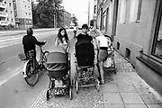 Oost-Duitsland, DDR,  Leipzig, 30-6-1990Op 1-juli werd de duitse monetaire eenwording effectief. Hiervoor moesten de winkels hun artiklelen opnieuw prijzen, en werden veel nieuwe voorraden van westerse producten ingekocht. De burgers van de ddr konden hun marken inwisselen tegen de west-duitse mark. Jonge moeders bekijken elkaars baby in de klassieke kinderwagens. Straatbeeld,stadsbeeldFoto: Flip Franssen/Hollandse Hoogte