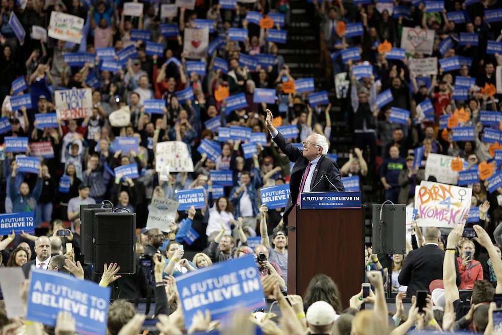 Democratic presidential candidate Bernie Sanders waves to supporters at Key Arena on March 20, 2016 in Seattle.  AFP PHOTO/JASON REDMOND