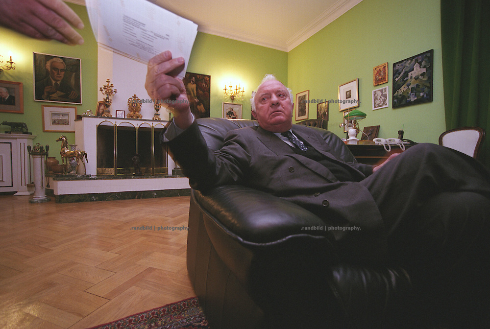Georgiens Ex-Praesident Eduard Schewardnadse in seiner Residence in Tiflis...Former soviet foreign mister and georgian president Eduard Shevardnadze in his Residence in Tbilissi, Georgia.