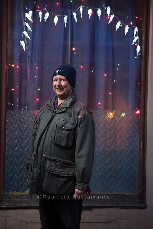 Vor der Reise zum Papst hatte JOACHIM sich sehnlichst<br /> gewünscht, nicht mehr obdachlos sein zu müssen.<br /> Das hatte er auch in die NDR-Kamera gesagt. Und jetzt<br /> schaut er schon aus dem Fenster seiner eigenen Wohnung.