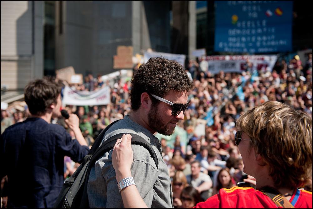 Lors de l'assemblee democratique ou chacun peut prendre la parole et faire des propositions qui seront adopté ou non une fois voté en commissions. Rassemblement d'un millier de personne en soutien aux mouvement des indignados en Espagne, Non violent et fonctionnant de façon democratique le mouvement tente de rester dormir sur la place de la Bastille mais les forces de polices les évacuent en debut de soiree - Place de la Bastille à Paris le 29 Mai 2011. ©Benjamin Girette/IP3Press