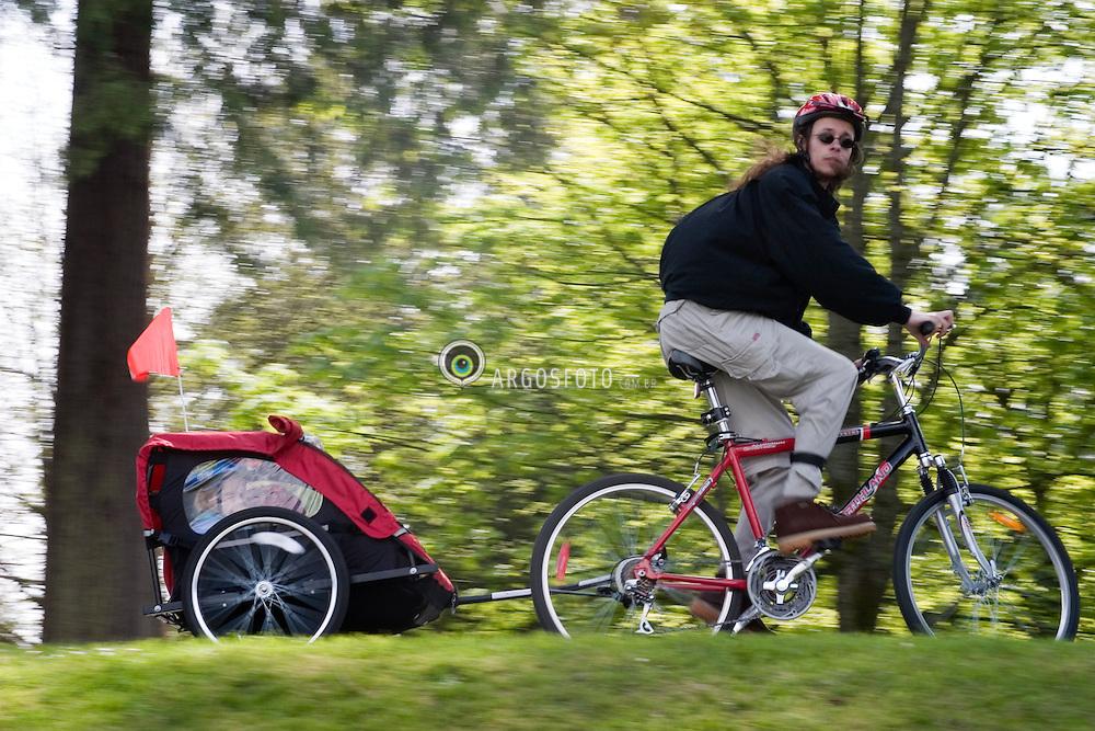 Vancouver, BC, Canada     01/Maio/2005.Stanley Park, situado em downtown. Ciclista com carrinho de bebe./ Ciclist with baby. Stanley Park, downtown..Foto Marcos Issa/Argosfoto