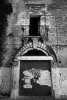 """Un vecchio portone ed una balconata del castello abbandonato di Lizzano in provincia di Taranto. Questo portone è situato nella parte laterale del castello e si affaccia sulla piazzetta """"largo Rosario"""""""