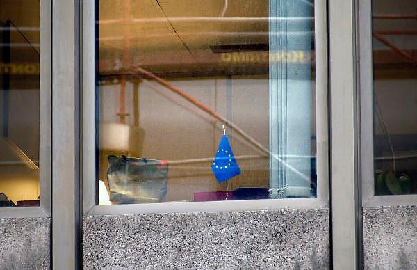 Belgie, Brussel, 28-7-2011Gebouw met kantoren van leden en medewerkers van het Europese commissie in de Wetstraat. Een kantoor met voor het raam een vlaggetje van europa.Foto: Flip Franssen/Hollandse Hoogte