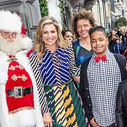 NLD/Amsterdam/20161209 - Werkbezoek Maxima bij Muziek in de Klas, aankomst Maxima met de kerstman