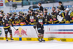 09.04.2019, Eisarena, Salzburg, AUT, EBEL, EC Red Bull Salzburg vs Vienna Capitals, Halbfinale, 6. Spiel, im Bild Torjubel Capitals nach dem 0:1 durch Andreas Noedl (Vienna Capitals) // during the Erste Bank Icehockey 6th semifinal match between EC Red Bull Salzburg vs Vienna Capitals at the Eisarena in Salzburg, Austria on 2019/04/09. EXPA Pictures © 2019, PhotoCredit: EXPA/ JFK