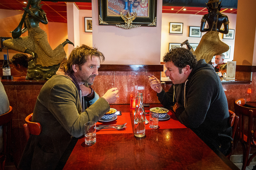 Foto: Gerrit de Heus. Amsterdam. 30-04-2015. André Manuel (L) samen met zijn broer in een Thais restaurant voor aanvang van zijn voorstelling in De Kleine Komedie.