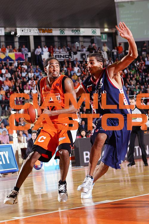 DESCRIZIONE : Udine Lega A1 2005-06 Snaidero Udine Angelico Biella <br /> GIOCATORE : Hill <br /> SQUADRA : Snaidero Udine <br /> EVENTO : Campionato Lega A1 2005-2006 <br /> GARA : Snaidero Udine Angelico Biella <br /> DATA : 15/04/2006 <br /> CATEGORIA : Penetrazione <br /> SPORT : Pallacanestro <br /> AUTORE : Agenzia Ciamillo-Castoria/S.Silvestri <br /> Galleria : Lega Basket A1 2005-2006 <br /> Fotonotizia : Udine Campionato Italiano Lega A1 2005-2006 Snaidero Udine Angelico Biella <br /> Predefinita :
