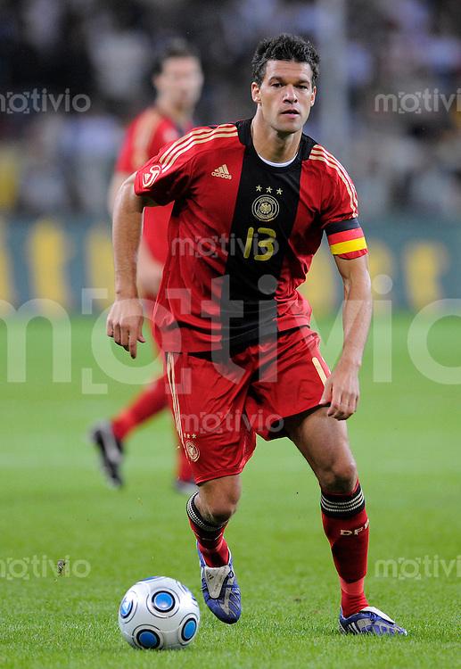 Fussball   International    Freundschaftsspiel   Deutschland - Suedafrika      05.09.09 Michael BALLACK (GER), Einzelaktion am Ball.