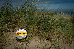 22-06-2016 NED: BTN klaar voor Rio, Scheveningen<br /> Photoshoot met Beach team Nederland (BTN) op het Scheveningse strand / Mkasa bal gras, zand item