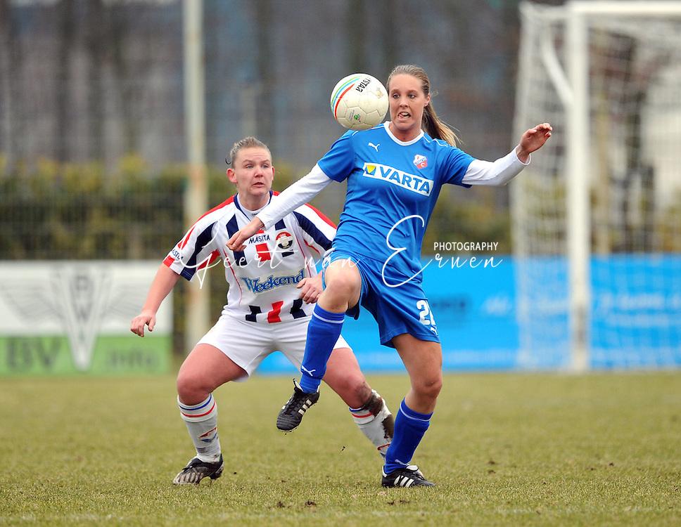 15-02-2009 Voetbal:Willem II:FC Utrecht:Tilburg<br /> Priscilla van Schuilenburg controleert de bal met Manoe Meulen in haar rug<br /> Foto: Geert van Erven