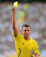 Fussball   1. Bundesliga   3. Spieltag    Saison 2009/2010 VfL Wolfsburg - Hamburger SV     23.08.09 Schiedsrichter Knut KIRCHER (Rottenburg) zeigt die gelbe Karte.