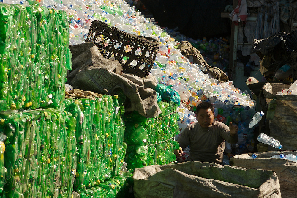 Chinese people recycles plastic bottles, metal and paper,  in one of the recycling village close to Beijing, China. Sep 2007. /Photos: Bernardo De Niz