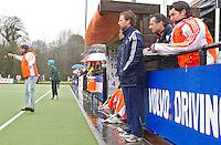 AERDENHOUT - 09-04-2012 - links coach Eric van der Pol  en rechts Coach Dave Smolenaars , die  kwam kijken omdat hij de andere dagen met Bloemendaal bij de EHL was, , maandag tijdens de finale tussen Nederland Jongens B en Spanje Jongens B  (3-1) , tijdens het Volvo 4-Nations Tournament op de velden van Rood-Wit in Aerdenhout. Jongens U16 wordt kampioen.links Martijn van Mierlo. FOTO KOEN SUYK