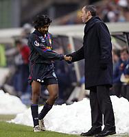 Fotball<br /> Lens v Lyon<br /> 28. februar 2004<br /> Foto: Digitalsport<br /> Norway Only<br /> <br /> VIKASH DHORASOO (LYON) / PAUL LE GUEN (LYON COACH) *** Local Caption *** 40001060