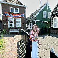 Nederland, Marken , 23 juni 2010..Marken (plaatselijk: Mereke) is een voormalig eiland in de Zuiderzee, tegenwoordig Markermeer dat sinds 1957 via een dijk met het vasteland verbonden is. Het behoort tot de gemeente Waterland in de provincie Noord-Holland..Marken vormt in wezen één leef- en woonplaats, maar is opgedeeld in diverse buurtschappen. Oorspronkelijk lagen die ook echt los van elkaar. Tegenwoordig liggen sommige buurten aan elkaar, zoals Havenbuurt, Kerkbuurt en Kets..Marken is a former island in the Zuiderzee, now Markermeer  and connected through a dike to the mainland since 1957. The natives are still in costume, and that attracts tourists as are the green wooden houses..
