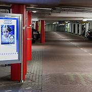 NLD/Amsterdam/20161101 - Parkeergarage Amsterdam, bord met Amber Alert voor Insaya Hedemi