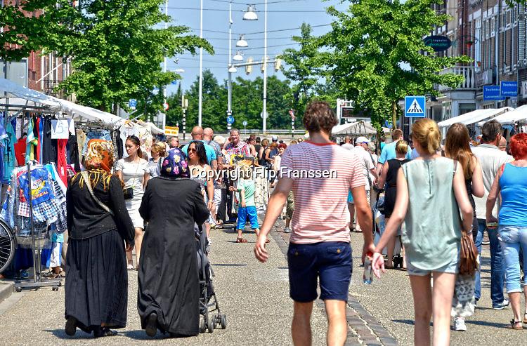 Nederland, Nijmegen, 5-6-2016 Publiek op de braderie in de wijk Willemskwartier, een vooroorlogse wijk vlak buiten het stadscentrum. Hier wonen veel allochtonen, nederlanders van buitenlandse afkomst. Foto: Flip Franssen/Hollandse Hoogte