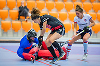 ROTTERDAM - Sosha Benninga (Adam)  met goalkeeper Alexandra Heerbaart (SCHC) ,  dames Amsterdam-SCHC.   ,hoofdklasse competitie  zaalhockey.   COPYRIGHT  KOEN SUYK