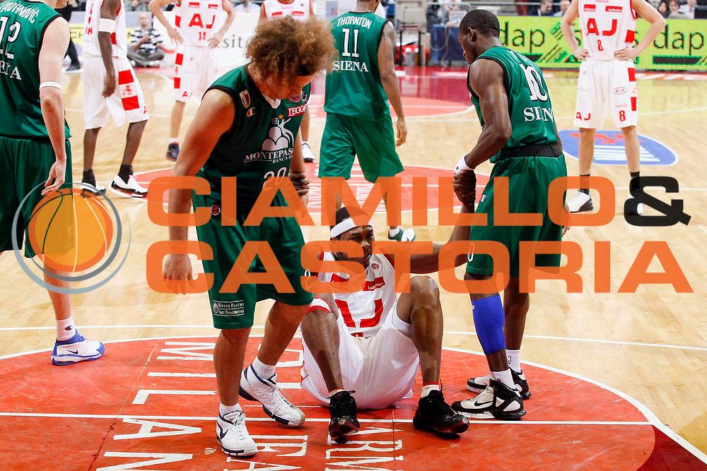DESCRIZIONE : Milano Lega A1 2007-08 Playoff Semifinale Gara 2 Armani Jeans Milano Montepaschi Siena <br /> GIOCATORE : Travis Watson Shaun Stonerook Romani Sato<br /> SQUADRA : Armani Jeans Milano Montepaschi Siena<br /> EVENTO : Campionato Lega A1 2007-2008 <br /> GARA : Armani Jeans Milano Montepaschi Siena<br /> DATA : 24/05/2008 <br /> CATEGORIA : Ritratto Fair Play<br /> SPORT : Pallacanestro <br /> AUTORE : Agenzia Ciamillo-Castoria/G.Cottini