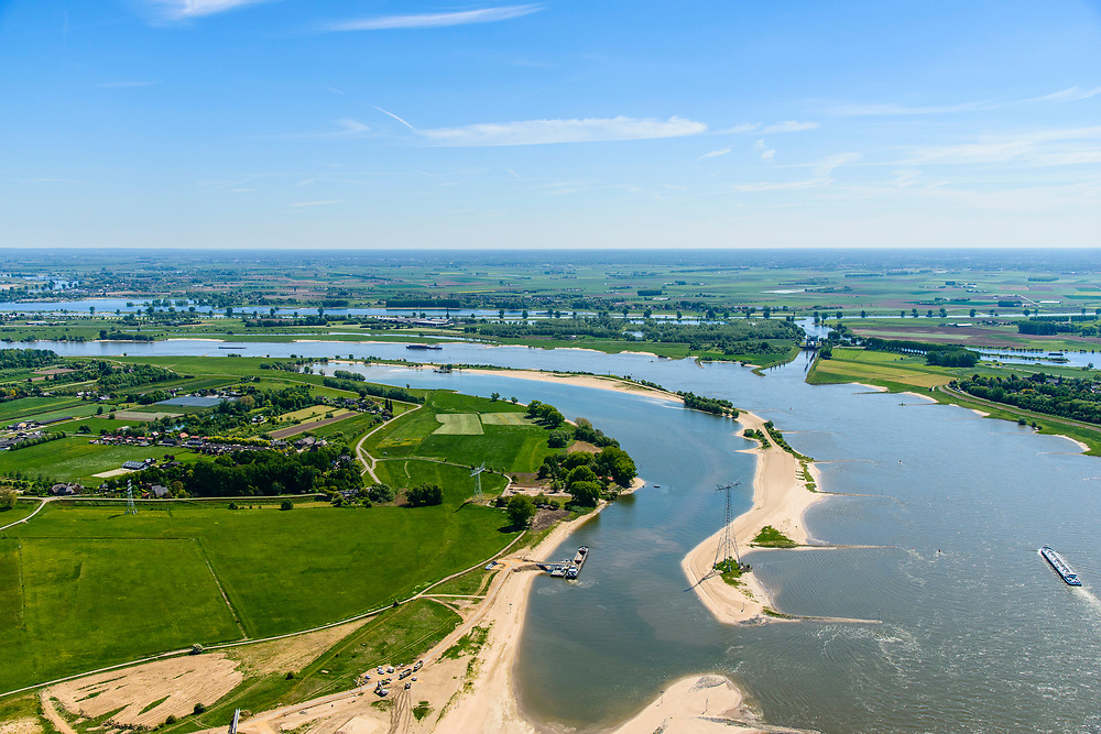 Nederland, Gelderland,  West Betuwe, 13-05-2019; Waalbandijk en Waal.  Er is een nevengeul gegraven in het kader van het waterbeheer. De oorspronkelijke geplande hoofdwatergeul, ten noorden van de dorpen Varik en Heesselt, verder naar links, is van de baan naar protesten van  betrokkenen.<br /> Waalbandijk and Waal. A secondary channel has been dug as part of water management. The originally planned main water channel, north of the villages of Varik and Heesselt, is canceled as a result of to protests from those involved.<br /> <br /> aerial photo (additional fee required);<br /> luchtfoto (toeslag op standard tarieven);<br /> copyright foto/photo Siebe Swart