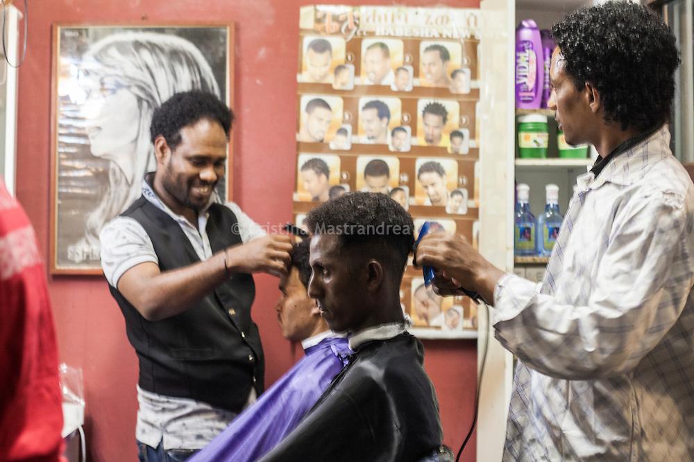 Quasi 800 profughi di cui più di 100 bambini vengono ospitati nella struttura di accoglienza Baobab di Via Cupa a Roma. La struttura può accogliere circa 220 migranti. Semplici cittadini e il gruppo SEL hanno raccolto generi alimentari da distribuire agli all'interno della struttura. All'interno del Centro Baobab c'è un parrucchiere, in questa foto due profughi mentre si fanno tagliare i capelli.