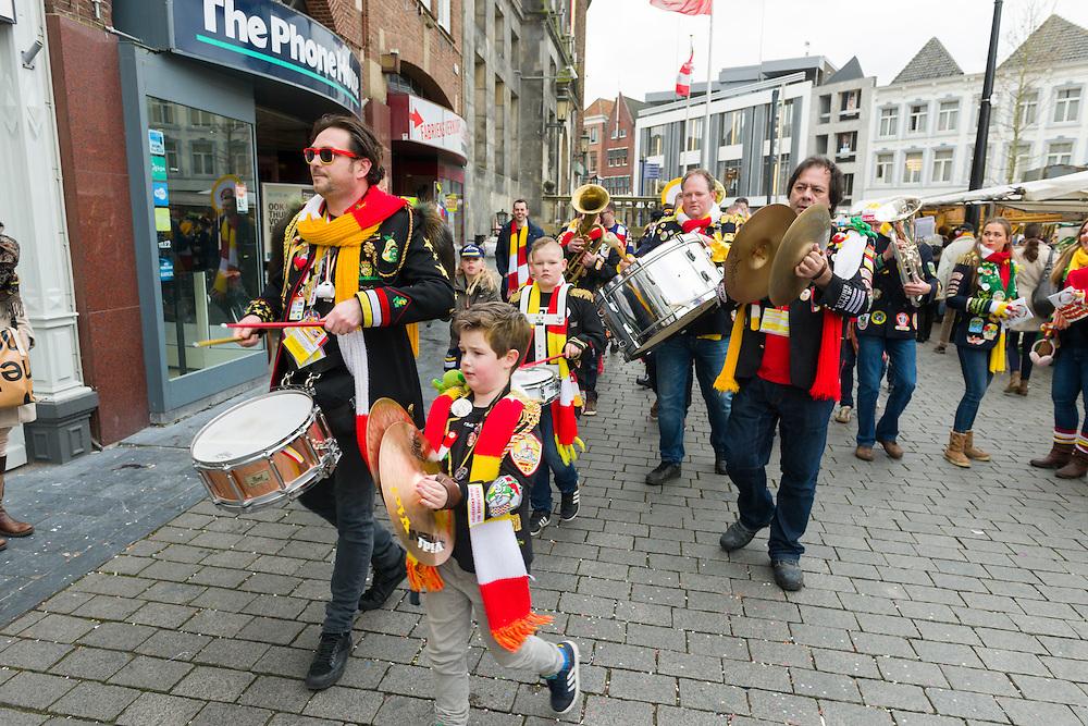 Nederland, Den Bosch, 20160206.<br /> Carnaval in Oeteldonk. Een clubkske Veni, Vidi, Vici speelt op straat op weg naar de volgende kroeg.<br /> Verklede carnavalvierders vieren feest op straat.<br /> <br /> Netherlands, Den Bosch, 20160206.<br /> Carnival in Oeteldonk.<br /> People dressed up in costumes have a party in the streets