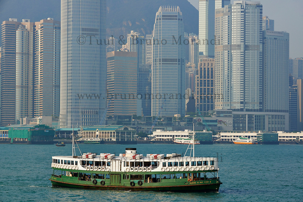 Chine, Hong Kong, Central vu depuis Kowloon, ferry // China, Hong Kong, Central from Kowloon, Ferry boat