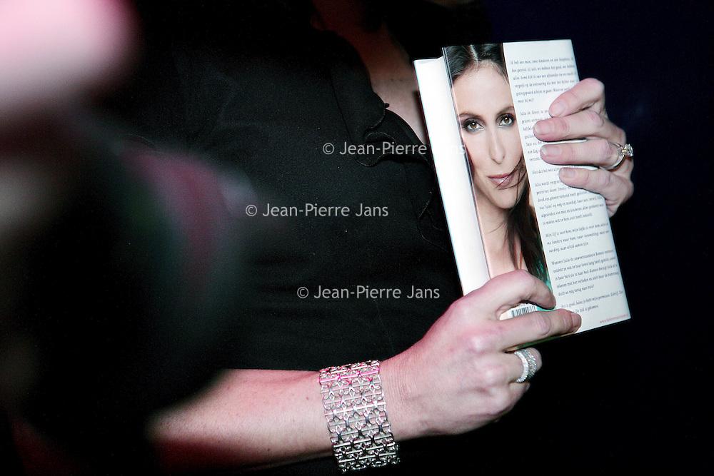 """Nederland,Amsterdam ,16 februari 2006.<br /> Schrijfster columnist Heleen van Royen tijdens de boekpresentatie van haar laatste roman """"de Ontsnapping"""" in Rain op Rembrandtplein.<br /> Boedpresentatie.Roman.<br /> Foto: Jean-Pierre Jans"""
