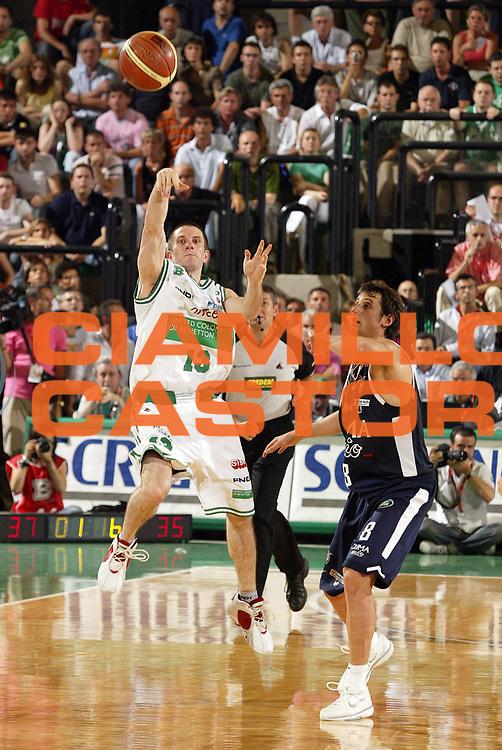 DESCRIZIONE : Treviso Lega A1 2005-06 Play Off Finale Gara 4 Benetton Treviso Climamio Fortitudo Bologna <br /> GIOCATORE : Santangelo <br /> SQUADRA : Benetton Treviso <br /> EVENTO : Campionato Lega A1 2005-2006 Play Off Finale Gara 4 <br /> GARA : Benetton Treviso Climamio Fortitudo Bologna <br /> DATA : 20/06/2006 <br /> CATEGORIA : Tiro<br /> SPORT : Pallacanestro <br /> AUTORE : Agenzia Ciamillo-Castoria/E.Pozzo