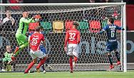 FODBOLD: Oscar Hedvall (Silkeborg IF) griber bolden under kampen i NordicBet Ligaen mellem Silkeborg IF og FC Helsingør den 28. april 2019 på JYSK Park i Silkeborg. Foto: Claus Birch