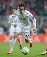 FUSSBALL   CHAMPIONS LEAGUE  HALBFFINAL HINSPIEL   2011/2012      FC Bayern Muenchen - Real Madrid          17.04.2012 Mesut Oezil (Real Madrid) am Ball