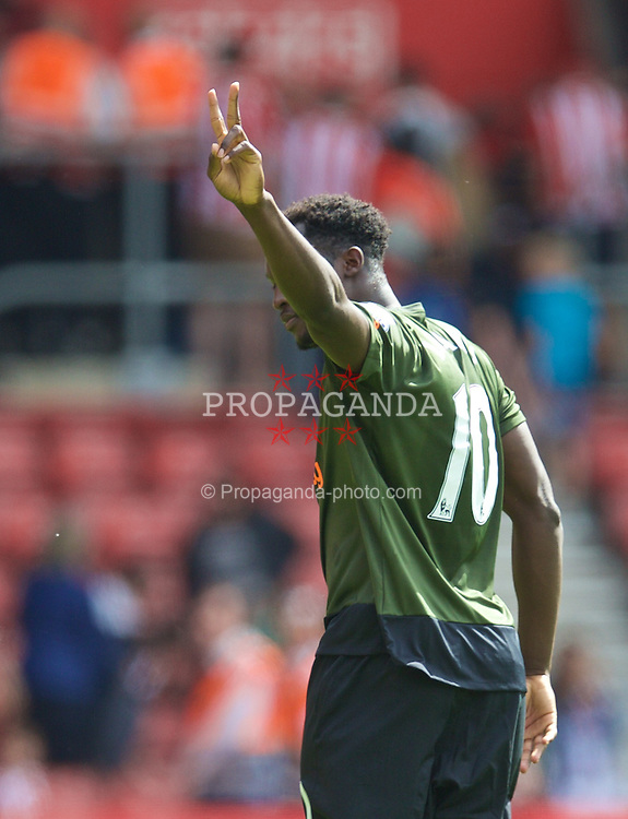 SOUTHAMPTON, ENGLAND - Saturday, August 15, 2015: Everton's Romelu Lukaku applauds the supporters after the 3-0 victory over Southampton during the FA Premier League match at St Mary's Stadium. (Pic by David Rawcliffe/Propaganda)