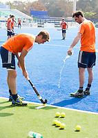RAIPUR (India) . Oranje trainde vandaag licht voor de halve finalewedstrijd tegen Australie van morgen in  Hockey World League finale ronde.  Robert Van Der Horst (Ned) maakt het gras van waar Floris van der Linden (Ned) de strafcorners aangeeft.  ANP KOEN SUYK
