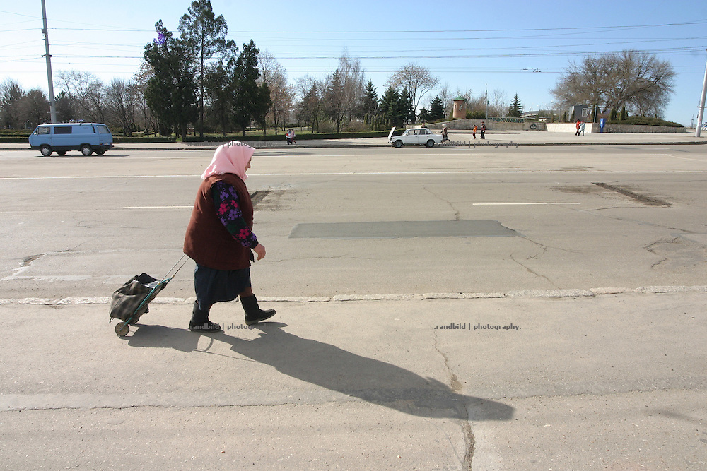 Eine alte Frau geht entlang des wichtigsten Boulevard in Tiraspol/Transnistrien. / An old Woman walks along the main road of Tiraspol/Transnistria.