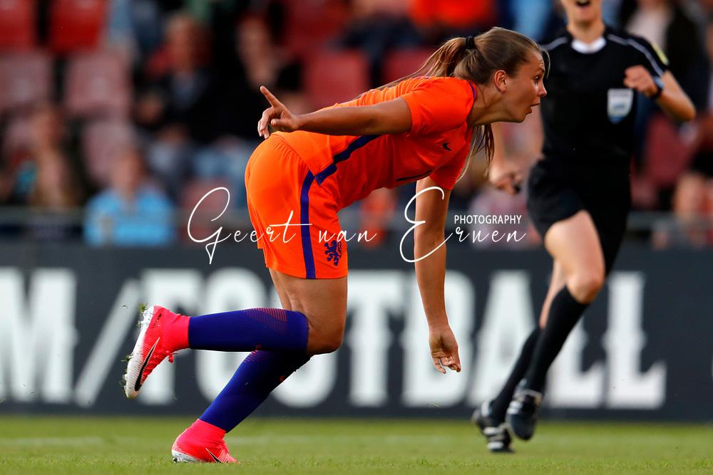 13-06-2017 VOETBAL:ORANJE VROUWEN-OOSTENRIJK:DEVENTER<br /> <br /> De oranje leeuwinnen wonnen met 3-0 van Oostenrijk in de Adelaarshorst in Deventer<br /> <br /> Lieke Martens van Oranje Leeuwinnen (Holland Women) viert haar treffer<br /> <br /> Foto: Geert van Erven