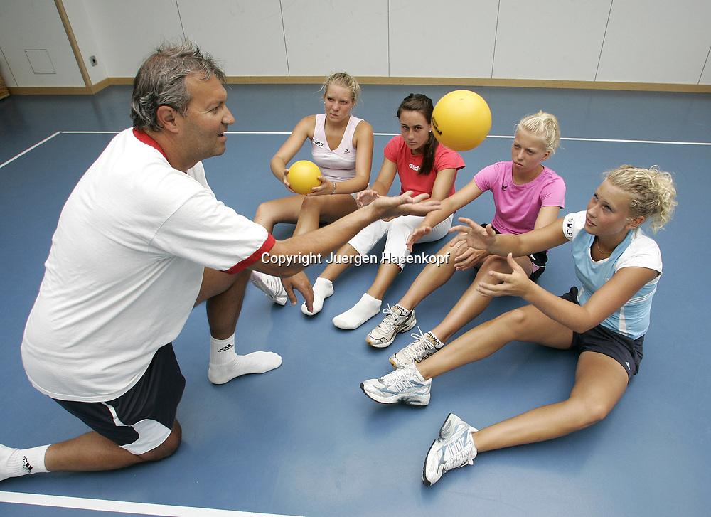 MLP Tennis Base in Oberhaching bei Muenchen, Leistungszentrum vom Bayerischen Tennisverband, BTV,<br /> Trainer Gerald Mild mit den jungen Spielern v.l. Nina Zander (GER),  Nina Vulovich (USA), Janina Toljan (AUT), Nina Killi (GER), Training mit Medizinball, 08.07.2006.