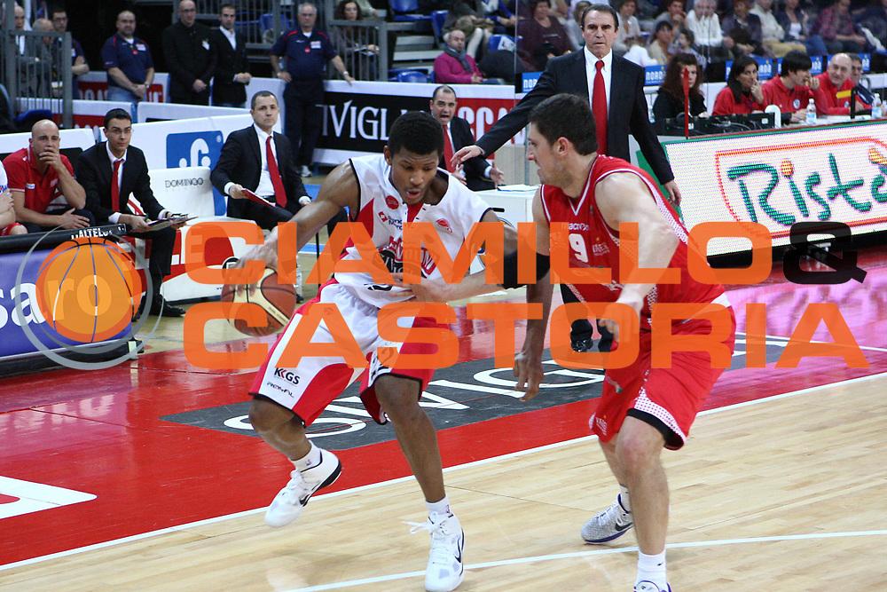 DESCRIZIONE : Pesaro Lega A 2010-11 Scavolini Siviglia Pesaro Cimberio Varese<br /> GIOCATORE : Morris Almond<br /> SQUADRA : Scavolini Siviglia Pesaro <br /> EVENTO : Campionato Lega A 2010-2011<br /> GARA : Scavolini Siviglia Pesaro Cimberio Varese<br /> DATA : 23/01/2011<br /> CATEGORIA : palleggio<br /> SPORT : Pallacanestro<br /> AUTORE : Agenzia Ciamillo-Castoria/C.De Massis<br /> Galleria : Lega Basket A 2010-2011<br /> Fotonotizia : Pesaro Lega A 2010-11 Scavolini Siviglia Pesaro Cimberio Varese<br /> Predefinita :