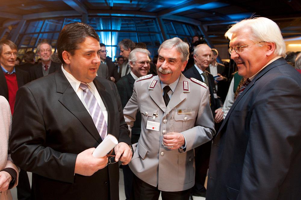14 JAN 2010, BERLIN/GERMANY:<br /> Sigmar Gabriel, SPD Parteivorsitzender, Oberst Ulrich Kirsch, Bundesvorsitzender Deutscher BundeswehrVerbandes, Frank-Walter Steinmeier, SPD Fraktionsvorsitzender, (v.L.n.R.), im Gespraech, Neujahrsempfang der SPD Bundestagsfarktion, Fraktionsebene, Deutscher Bundestag<br /> IMAGE: 20100114-02-023<br /> KEYWORDS: Gespräch