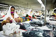 15-11-2105 DHAKA - kleding fabriek in het straatleven in de hoofdstad van Bangladesh waar koningin Maxima een 3 daags bezoek aan brengt . Koningin Máxima heeft weer een verre reis voor de boeg. De vorstin is volgende week maandag tot en met woensdag in Bangladesh. Zondag maakt ze een tussenstop in het Turkse Antalya. Máxima bezoekt Bangladesh op uitnodiging van de regering en als speciale pleitbezorger van de secretaris-generaal van de Verenigde Naties voor inclusieve financiering voor ontwikkeling. Op de agenda staan onder meer een gesprek met de minister-president van Bangladesh en een bezoek aan een kledingfabriek. Voordat de koningin naar Bangladesh gaat; bezoekt ze in Turkije de G20-top. Zondag houdt ze tijdens de top in Antalya een toespraak bij de lancering van het 'SME Finance Forum's global membership network' van het Global Partnership for Financial Inclusion (GPFI). Eind vorige maand maakte Máxima een verre reis met haar man koning Willem-Alexander. Het koningspaar ging op staatsbezoek naar China. De koningin moest vervroegd terugkeren vanwege een nierbekkenontsteking. Na een paar dagen in het ziekenhuis ging ze vorige week weer aan de slag. COPYRIGHT ROBIN UTRECHT | arbeid | arm | armoede | asia | asian | aziatisch | azie | baan | bangladesh | bangladeshi | beeld | beings | beroep | bezigheid | boy | child | clothing | color | consuming | countries | craft | cultural | cultureel | dag | day | declared | design | design | developing | dhaka | district | dorp | draad | economie | economy | erfenis | ethnicity | etniciteit | fabric | fabriek | facriceren | factory | fine | form | gal | hand | hand | handicraft | handloom | handwerk | heritage | human | humanity | image | industrie | industry | intensief | intensive | interieur | interior | jamdani | job | job | jong | jongen | juli | july | kid | kind | kinder | kleding | kleur | labour | labouring | landen | leven | lifestyle | lifestyle | livelihood | living | loom | machinerie | machinery | make