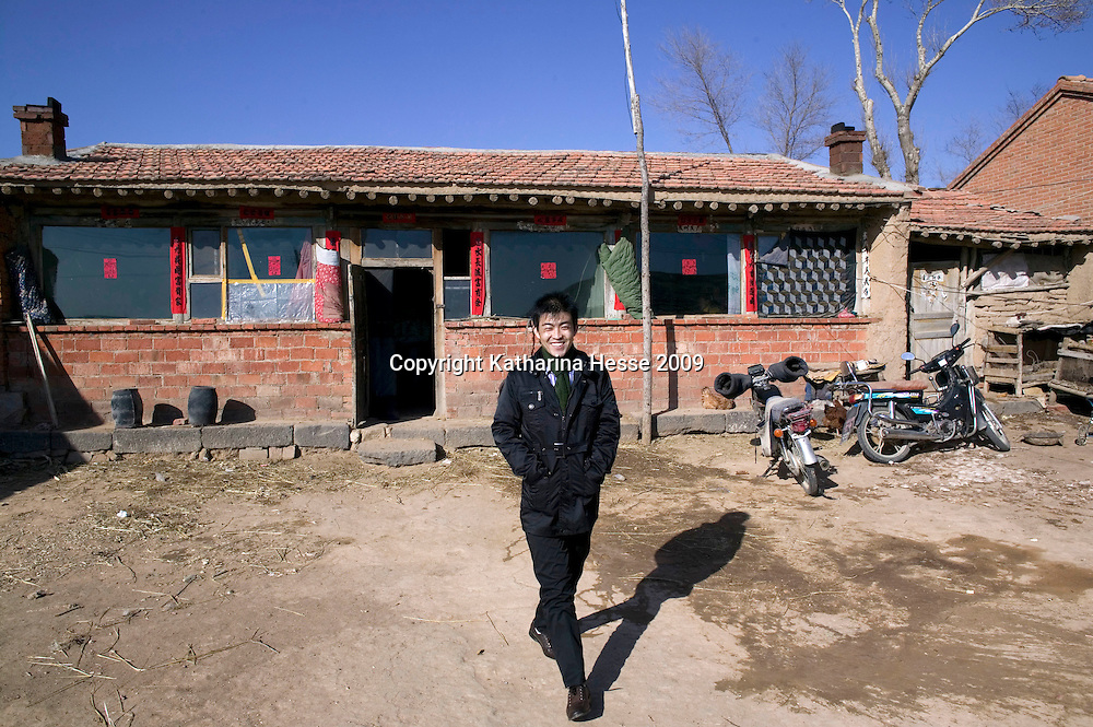 NORTHERN HEBEI PROVINCE, JANUARY 26, 2009:<br /> Mr Lu, a textile worker in Beijing, leaves his parents' house while on home leave to visit his relatives.<br /> Lu went to Beijing 8 years ago as he couldn't find a job in China's countryside.<br /> He was employed in a textile factory that went banctrupt last October. Lu and his 63 colleagues were still owed payment for 4 months, but their boss refused to pay them. They didn't know the law, nor did any of them have a contract.  <br /> At the end of January, Lu and his co-workers went to see the bosses' mother to negociate, then the union and in the end the government. They were threatened with jail . At the end of the day , a man from the union came by ( on behalf of the government )and all but an underaged worker received their due salaries.<br /> Now Lu is unemployed like 20 milion other migrant workers in China who have been laid off as a result of the financial crisis.<br /> <br /> <br /> China's Communist Party  which will celebrate its 60th anniversary in October, currently faces its biggest challenge since the beginning of the economic reforms 30 years ago  : &quot; The phase of  rapid economic growth is over. For the first time the government is threatened with a  mistrust of a wide section of the population&quot;, warns the Communist party's Shang Dewen in Beijing.   <br /> Not only the China's poorest worry about the furture, but as well China's middle class is concerned about the crisis.     1,5 Millionen university graduates didn't find a job until the end of 2008  and this summer there'll be an additional  6,1 Million new graduates. More than 12 percent of university graduates face unemployment in 2009.