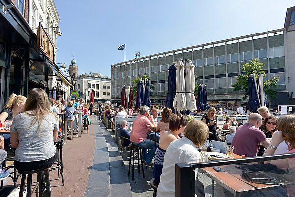 Nederland, Nijmegen, 31-5-2014 Mensen zitten in de zon op een zonnige dag op een terras aan de Grote Markt, het oude en historische centrum van de stad. Foto: Flip Franssen/Hollandse Hoogte